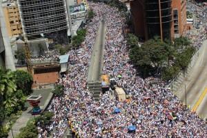Multitudinaria marcha de la oposición en Caracas (lapatilla)