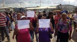 新しい監督官に対して抗議運動を行うウリバナ刑務所の受刑者の家族たち